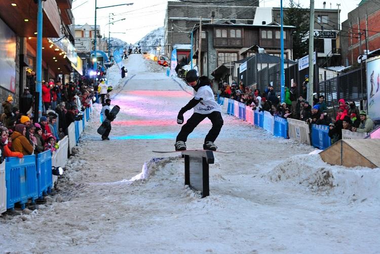 La calle 9 de Julio se convirtió en una pista de snowboard