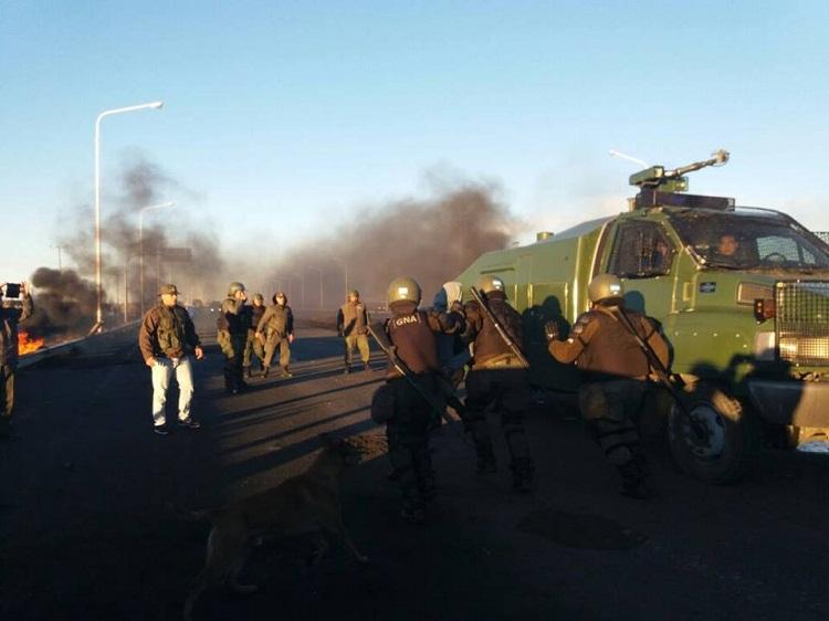 Santa Cruz: la Gendarmería reprimió a estatales ydesalojó la ruta nacional 3